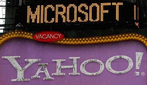 Unión. Los nombres de Yahoo y Microsoft, en una fachada en Times Square de Nueva York. El gigante informático ha anunciado su intención de adquirir Yahoo por unos 30.000 millones de euros.
